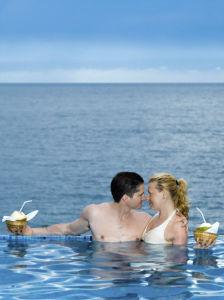 Paar im Infinity Pool