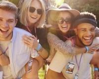 Freunde feiern im Sommer