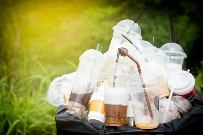 Müll quillt aus Mülleimer