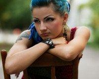 Eine Fraue mit Piercing und Tattoo.