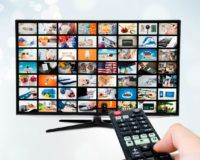 Große Fernsehprogramm-Übersicht wird auf TV gezeigt