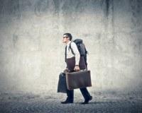 Ein Mann auf einer Reise ins Glück samt Gepäck