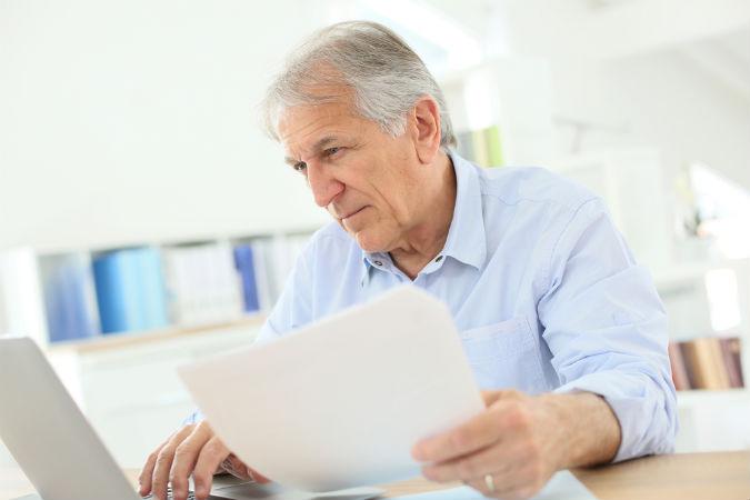 Ein Rentner schreibt seine Steuererklärung