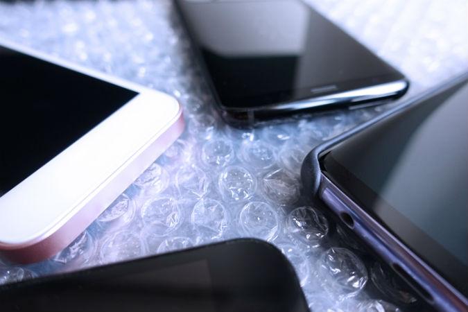 Verschiedene Smartphones, die gerade ausgepackt wurden