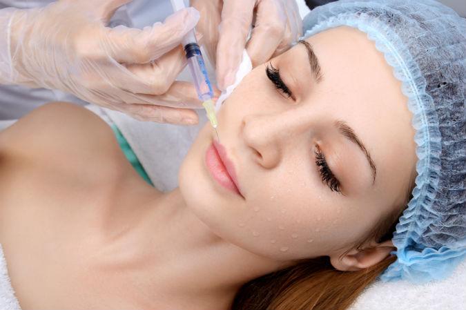 Frau unterzieht sich Schönheitsoperation