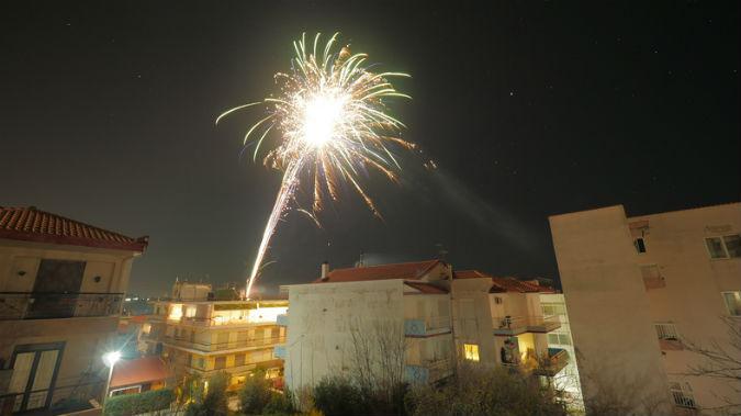 Feuerwerk über einem Wohngebiet