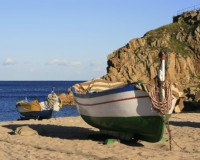 Segelboot am Strand an der Costa Brava