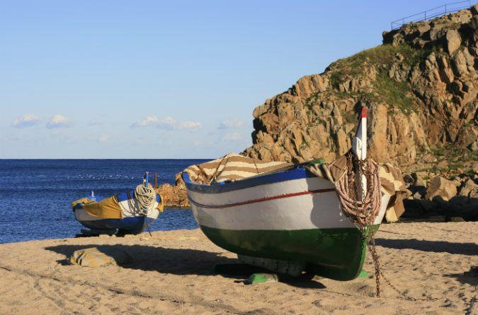 Segelboot am Strand an der Costa Brava