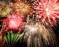 Ein buntes Feuerwerk am Nachthimmel von Silvester.