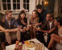 Freunde feiern Silvester zuhause mit Snacks und Drinks
