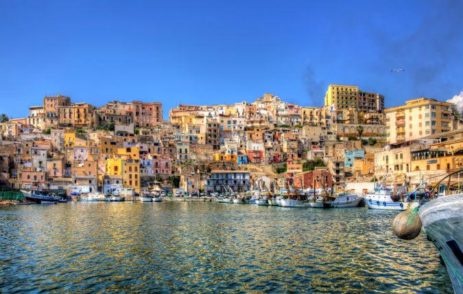 Häuser am Hafen in Sizilien