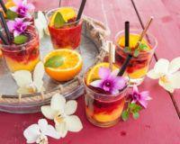 Sommerdrinks ohne Alkohol mit Blüten dekoriert