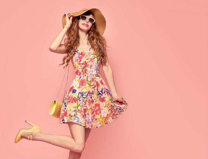 Frau trägt gemustertes Kleid der Sommermode Trends 2018