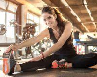 Junge Frau beim Stretching im Fitnessstudio