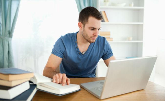 Student lernt mit Laptop