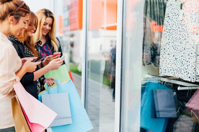 Teenager beim Shopping