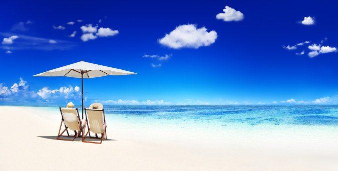 weißer Strand mit Schirm