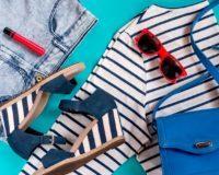 verschiedene maritime Kleidungsstücke und Accessoires in Blau, Weiß und Rot