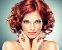Frau mit roten Haaren und grünen Augen