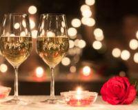 Zwei Sektgläser und eine rote Rose