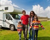 Besonders Familien können Urlaub mit dem Wohnwagen und einer guten Versicherung durchführen