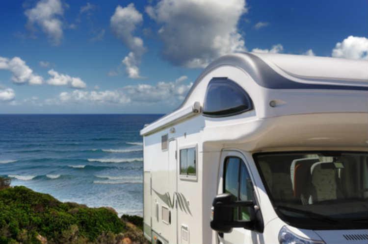 Campingurlaub mit Wohnwagen am Meer