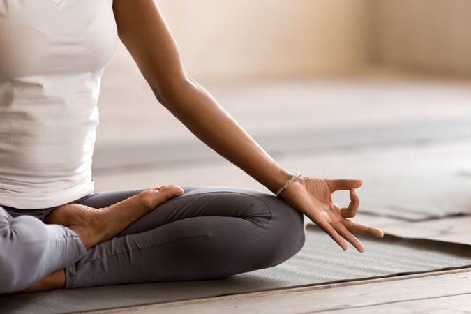 Frau die Yoga macht