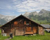 Im Skiurlaub ist die Almhütte eine gemütliche Alternative zum Luxushotel.