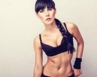 Sportliche Frau mit Boxer Braids
