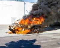 Brennendes Auto in Folge eines Terroranschlags