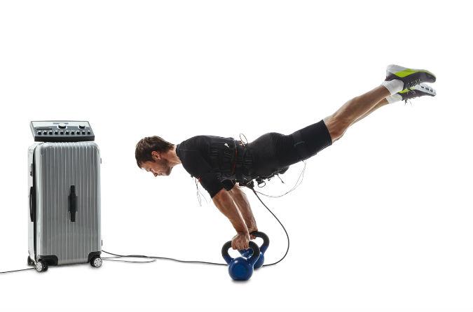 EMS Training_Mann macht einen horizontalen Handstand