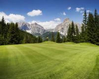 Golfanlage in Italien mit Aussicht auf Berge
