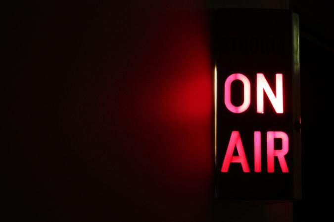 Ein rot leuchtendes On-Air Schild auf schwarzem Grund