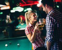 Eine Frau und ein Mann trinken Bier während Ihres Dates