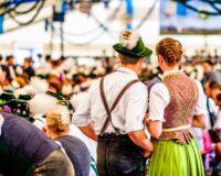 Mann und Frau im Bierzelt in Bayern in traditioneller Tracht