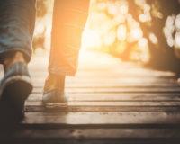Spaziergang eines Mannes Richtung Sonne