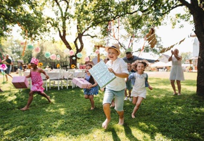 Kinder auf einem Kindergeburtstag im Grünen