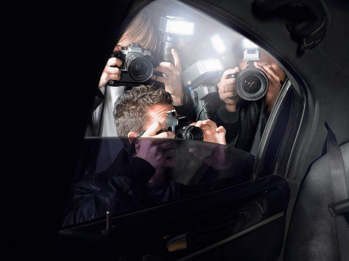 Paparazzis schießen Fotos in das Innere eines Autos