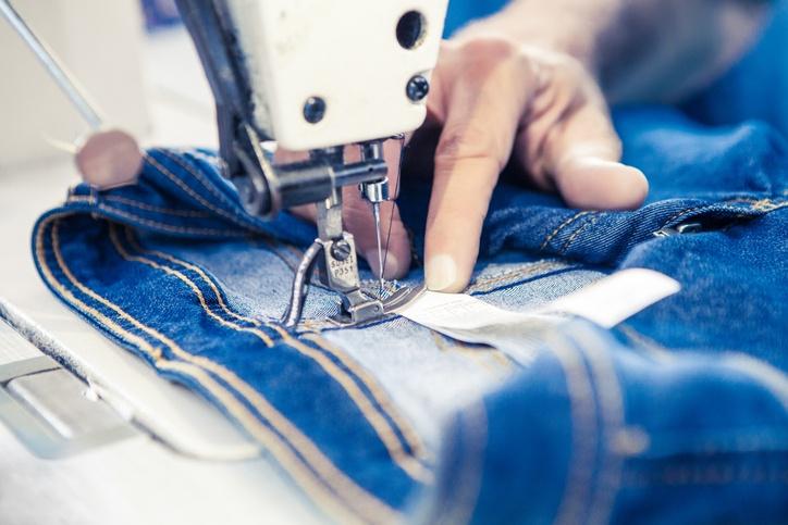 Arbeiter beim Nähen einer Jeans