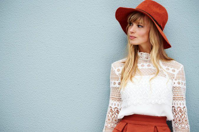 """Junge Frau trägt den """"Fuchs-Look"""" in einer Mischung aus roten und weißen Akzenten."""