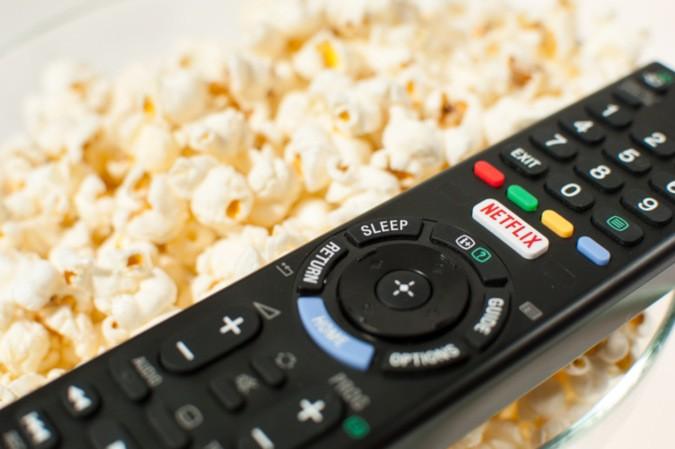 Fernseher Fernbedienung auf Popcorn