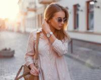Frau geht durch die Straßen bei sonnigem Wetter