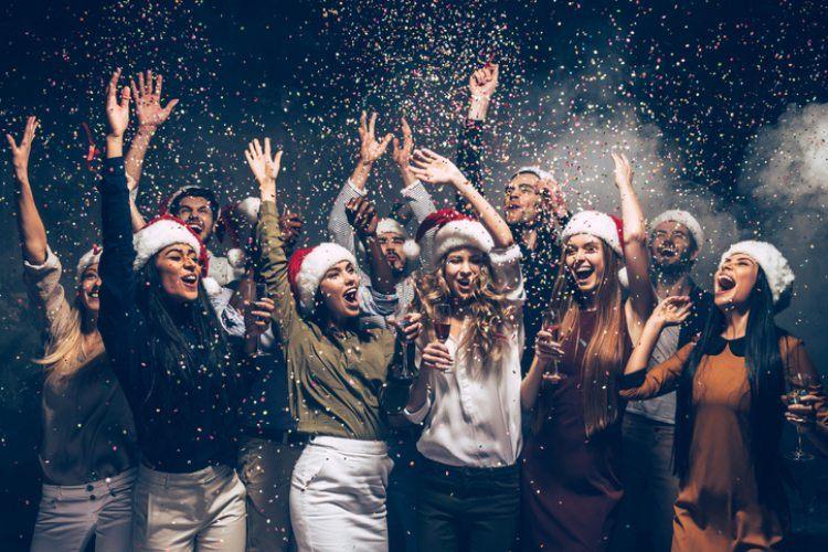 Menschen die gerade Weihnachten feiern