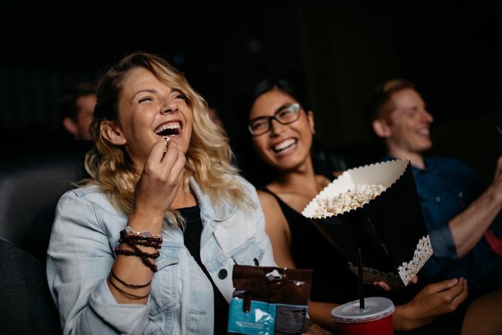 Zwei Frauen, die sich im Kino amüsieren