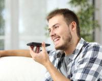 Ein Mann nutzt den Sprachassistenten Siri auf seinem iPhone