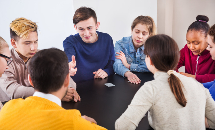 Jugendliche spielen Gesellschaftsspiele