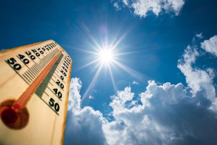 Thermometer und Sonne am Himmel