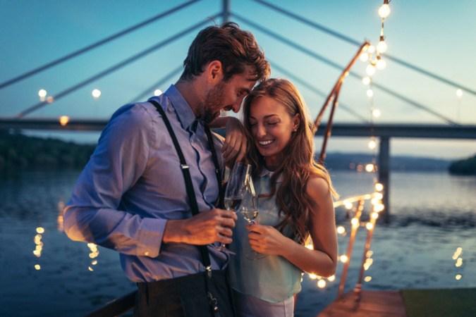 Ein junges Paar auf einem Boot