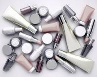 verschiedene Kosmetika wie Lippenstifte und Cremes