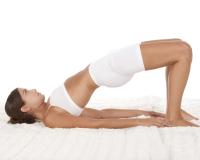 Die Brücke ist eine beliebte Übung zur Stärkung der Rückenmuskulatur.